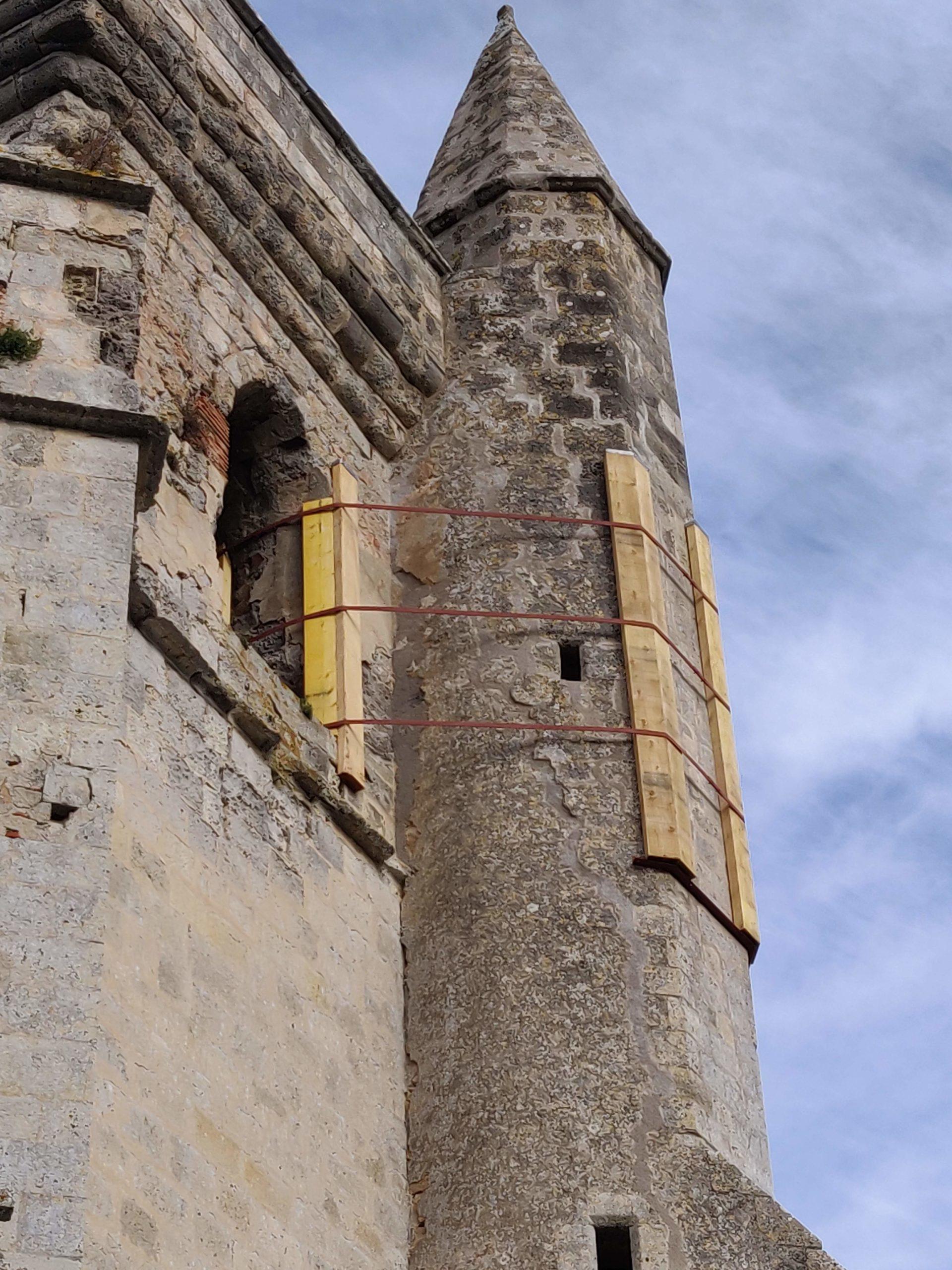 Tourelle d'escalier de l'église frettée
